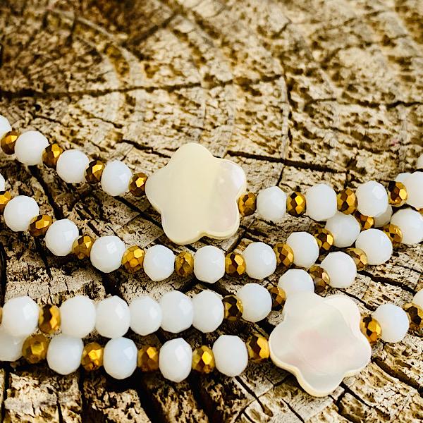 Sautoir Fany en perles à facettes blanches et fleur de nacre