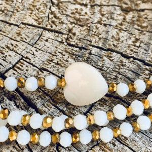 Sautoir Corto en perles à facettes blanches et coeur en nacre