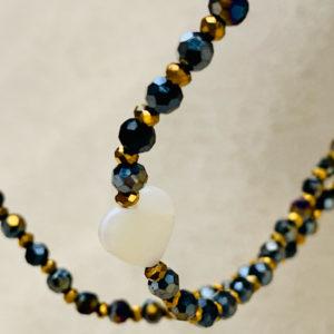 Sautoir Clay en perles à facettes darkblue et coeur en nacre