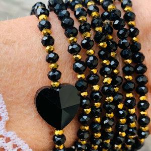 Sautoir Costa en perles à facettes noires et coeur en perle de verre noire