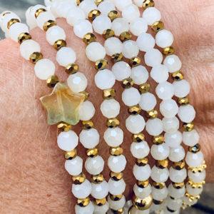 Sautoir Enos en perles à facettes blanches moirées et étoiles en agate indienne