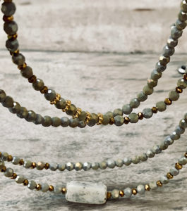 Sautoir VELY en perles à facettes dans les tons gris