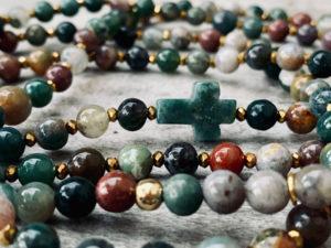 Sautoir ADDY en perles d'agate indienne dans les tons verts et sa croix